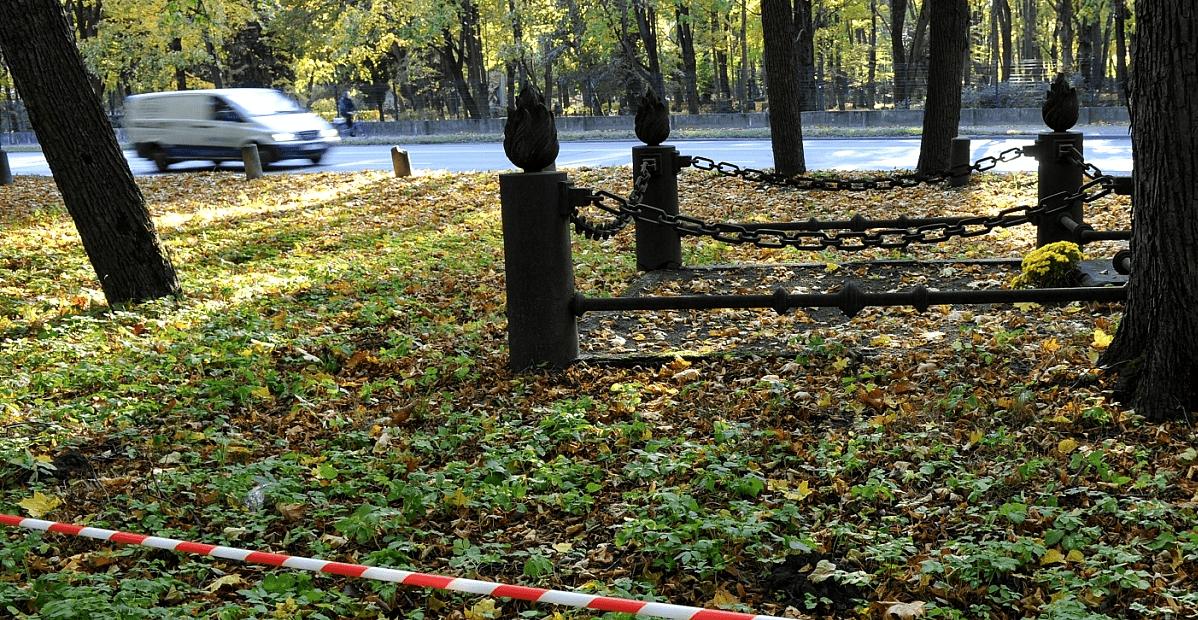 Tāpat ielas sarkanajās līnijās atrodas šī kapu kopa. Foto: diena.lv