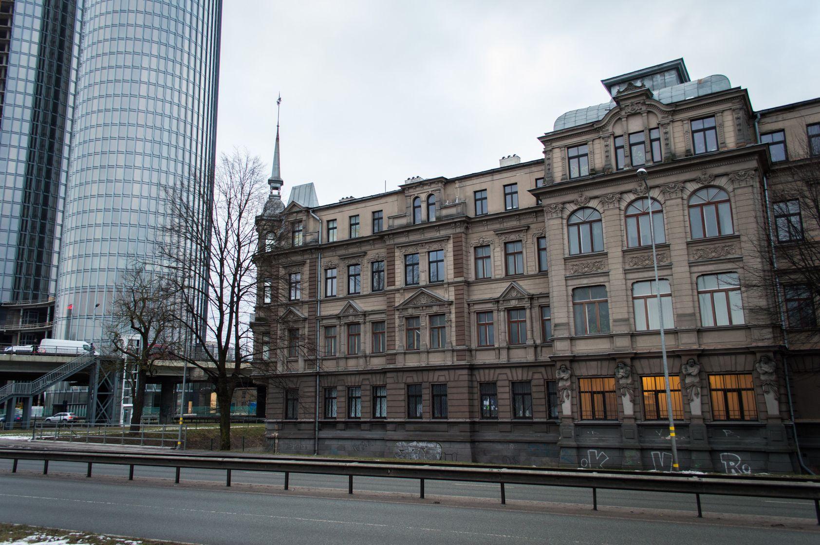 Здание со всех сторон окружают многополосные магистрали, оборудованные барьерами.