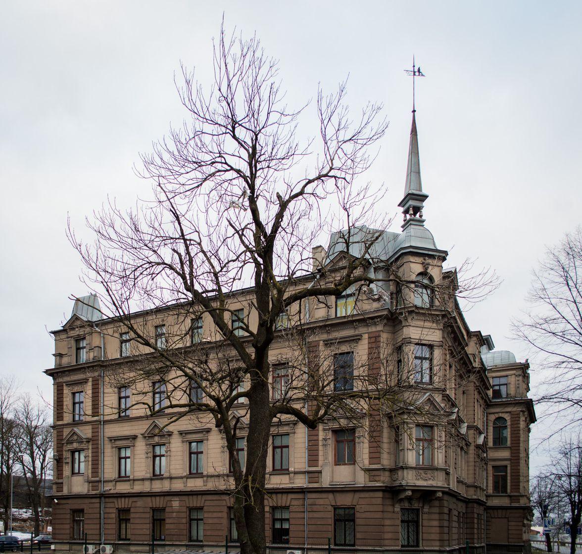 Красивый доходный дом, построенный в стиле эклектизма, проектировал известный архитектор Вильгельм Гофман (1869 – 1945). На его «счету» в Риге более 40 многоэтажных каменных зданий, в том числе замечательные угловые дома на ул. Нометню 7а, бульваре Узварас 2 и ул. Стабу 13.