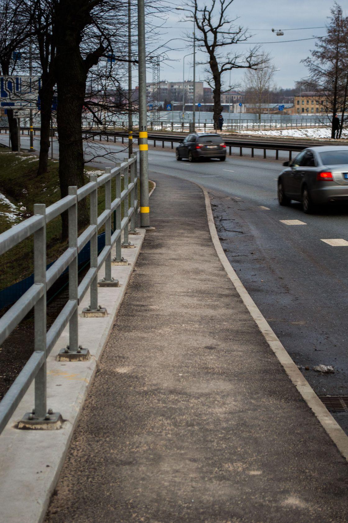 Именно столько места Департамент сообщения Рижской думы предусмотрел для пешеходов, чтобы попасть в это здание. Место только для одной коляски.