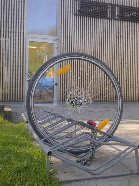 Šajā attēlā redzams, kādēļ zemā tipa velonovietnes ir tik nedrošas - ar šādu skatu jārēķinās ikvienam, kurš izmanto šādas velonovietnes, jo zaglim nozagt velosipēdu, statīvā atstājot tikai velosipēda priekšējo riteni ir 10 sekunžu jautājums.
