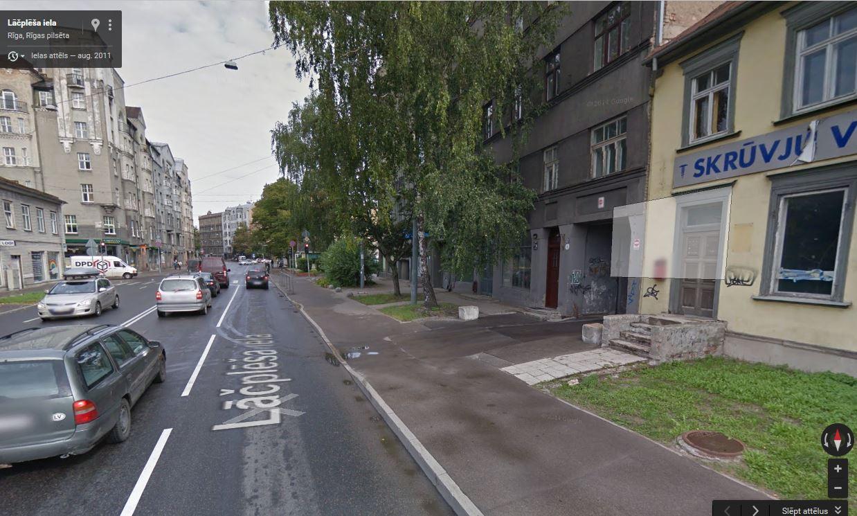 Ietve pie ēkas Lāčplēša 79 pirms seguma nomaiņas.