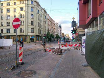 Krišjāņa Barona iela. Ietve pēkšņi pārtrūkst, pagaidu ietves nav.