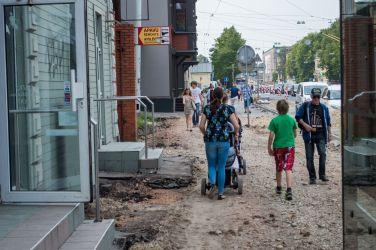 Brīvības gatve. Ietves uzraktas abās ielas pusēs.