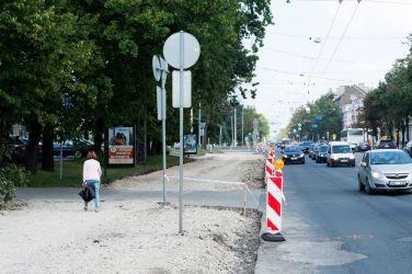 Brīvības gatve. Ietves uzraktas abās ielas pusēs, pagaidu ietves nav.