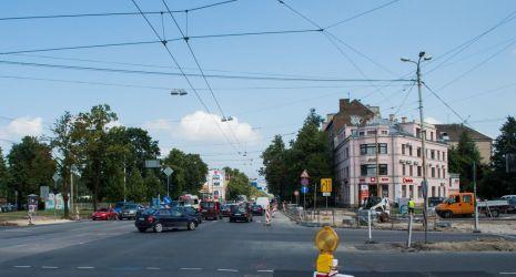 Brīvības gatve. Ietves uzraktas abās ielas pusēs. Pagaidu ietves nav.