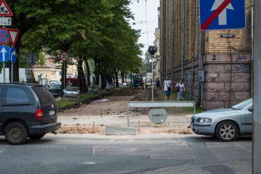 Brīvības gatve. Ietves uzraktas abās ielas pusēs. Pagaidu ietves nav, cilvēki spiesti izbradāt zālienu gar ēku.