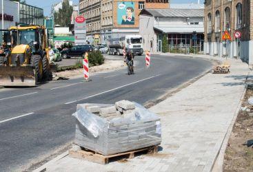 Lāčplēša iela. Arī šeit darbi notiek abās ielas pusēs, bet pagaidu ietves nav.