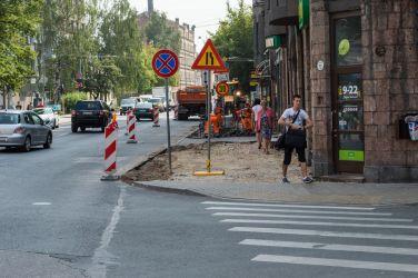 Lāčplēša iela. Pagaidu ietves nav.