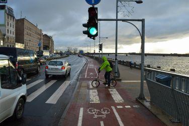 Tālāk nonākam pie krustojuma ar Turgeņeva ielu. Situācija šeit ir visnotaļ interesanta, jo absolūti nav padomāts, ka velosipēdisti šeit gribētu šķērsot ielu, lai nokļūtu uz centru. Rezultātā šie velosipēdisti bloķē ceļu tiem, kas vēlas turpināt braukt taisni.