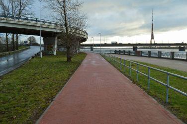 Šeit gan veloceļš kļūst patīkamāks un klusāks, jo no smagā transporta to beidzot atdala zaļā zona.