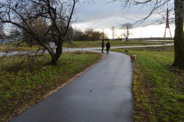 Turpinājumā ceļš ved pāri brauktuvei gaužām nepārredzamā vietā, kur nav izveidota ne gājēju pāreja, ne kā citādi pasargāti gājēji un velosipēdisti.