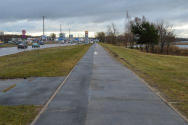 Tālāk jābrauc taisni, pa ietvi. Lai gan tā ir ietve, ceļš ir daudz patīkamāks nekā Spīķeru veloceļš, jo starp brauktuvi un ietvi ir zaļā zona. Ceļa segums gan ir diezgan sliktā stāvoklī, tas braukšanu padara neērtu.