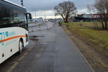 Tālāk ceļš ved cauri sabiedriskā transporta pieturai. Kā redzams, zāliens ap to ir krietni izbraukāts, kas liecina par to, ka velosipēdisti pa to apbrauc cilvēkus, kas gaida autobusu.