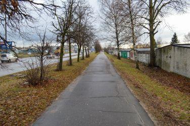Tālāk ceļš ved caur skaistu aleju. Diemžēl ceļā segums nav tikpat skaists...