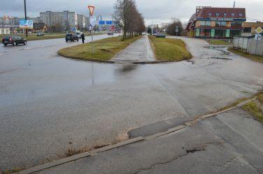 Kārtējā iebrauktuve. Šeit apmales līdzinājuši vietējie, uzberot asfalta maisījumu pie apmales. Jāatzīst, ka labāk šādi, nekā iepriekšējie risinājumi ar apmalēm un bedrēm.