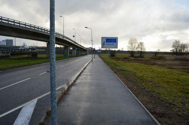Turpinājumā jānogriežas pa labi un jābrauc paralēli Dienvidu tiltam.