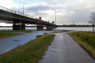 Tālāk jānogriežas pa kreisi un jābrauc zem Dienvidu tilta.