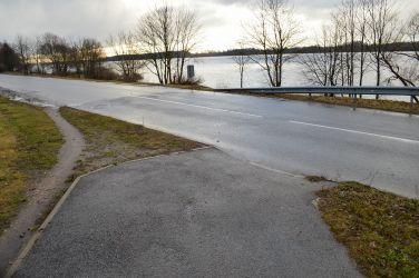 Turpinājumā - jau otrā vieta, kur ietves nav. Nekas cits neatliek, kā braukt pa brauktuvi.