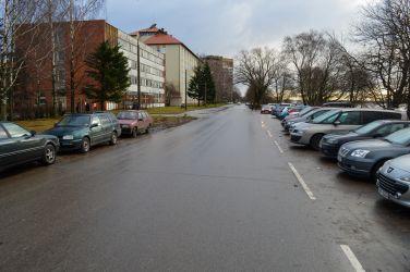 Kā redzams, šeit ierīkot autostāvvietas bijis svarīgāk par ietves izbūvi.