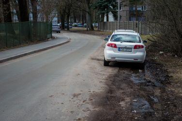 Automašīnas joprojām tiek novietotas dubļos.