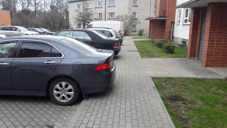 Autostāvvietas novietojums joprojām ir visnotaļ ačgārns, jo automašīnas nobloķē teju pusi ietves.