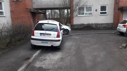 Tāpat automašīnas tiek novietotas uz ietvēm.