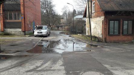 Kā redzams, notekūdens sistēma asfaltseguma nomaiņas laikā netika salabota.