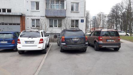 Automašīnas novietotas uz ietves.