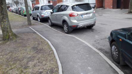 Neveiksmīgi izveidotās infrastruktūras dēļ, ietves invalīdiem praktiski ir nelietojamas, jo ietvju pazeminājuma vietās regulāri ir novietotas automašīnas.