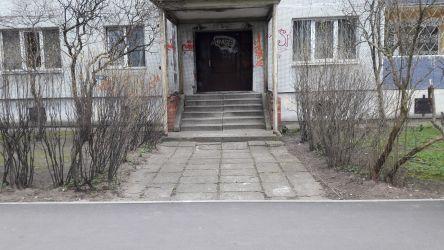 Gājēju ceļš gar ēku skaisti noasfaltēts, bet, lai uz tā nokļūtu, nākas pārvarēt ~15 cm augstu apmali.
