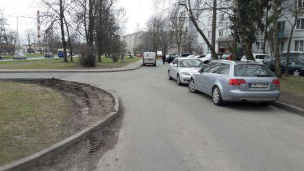 Kā redzams, novietoto automašīnu dēļ, pārējie autovadītāji spiesti izbraukāt zaļo zonu, bojājot apmales un asfalta segumu.